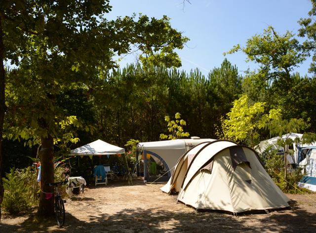 Quels sont les tarifs de location d'emplacement au camping les Chevreuils ?