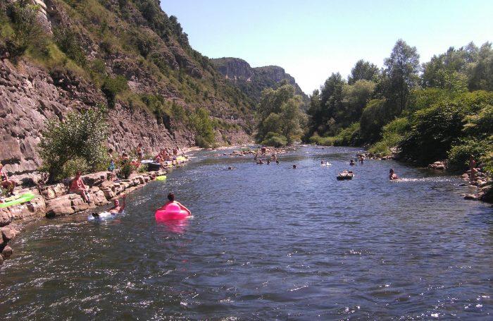 Camper en bord de rivière c'est possible avec le camping les Plans